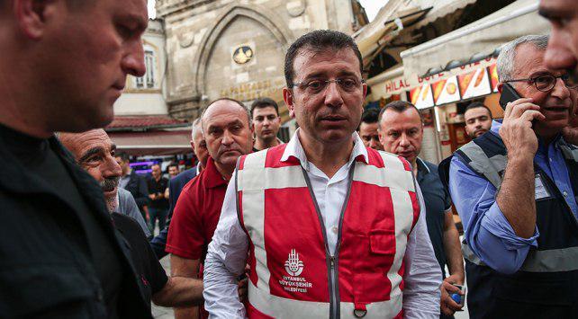 شاهد.. رئيس بلدية إسطنبول يتجول في الأحياء المتضررة من الفيضانات