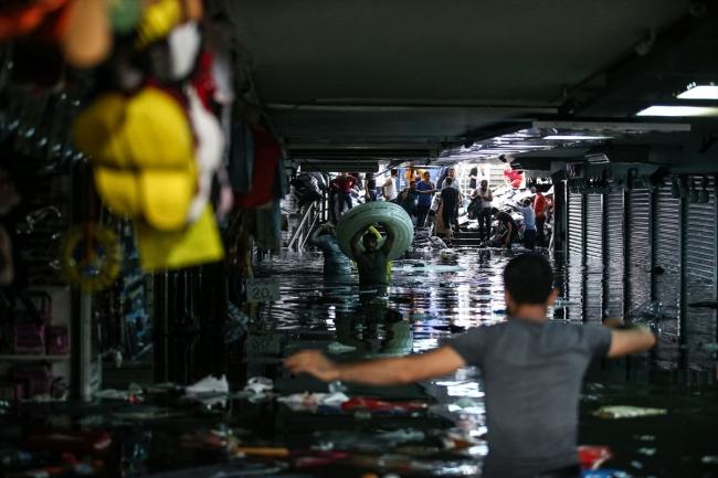 مصرع شخص وأضرار مادية جراء فيضانات عارمة في إسطنبول (فيديو+صور)