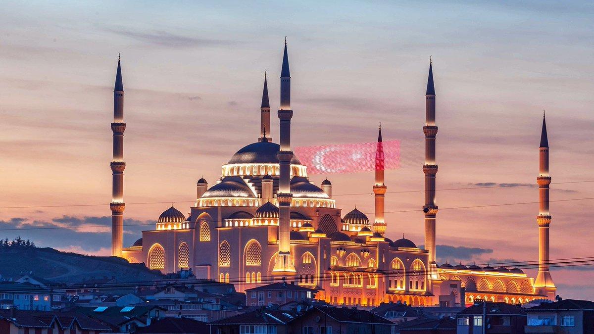 """إقامة أول صلاة عيد أضحى في مسجد """"تشاملجا"""" الأكبر بتركيا"""
