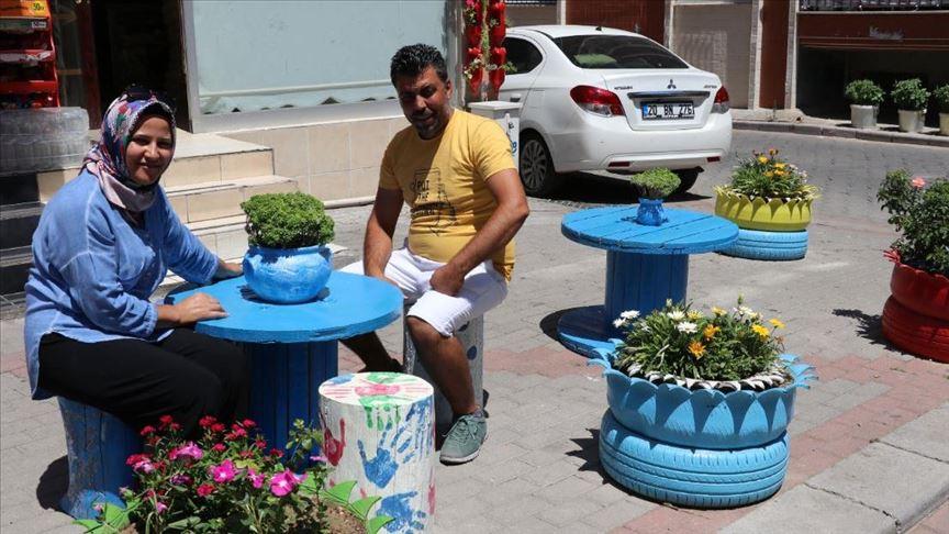 زوجان تركيان يحولان النفايات إلى أصائص تزيّن شوارع مدينتهم