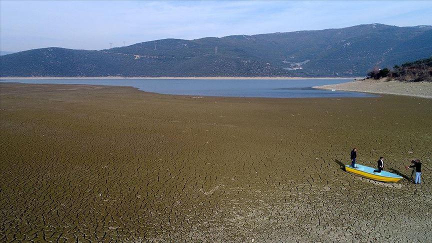 """جفاف بحيرة """"غول باشي"""" التركية يرسم لوحة فنية من الجمال والحزن"""