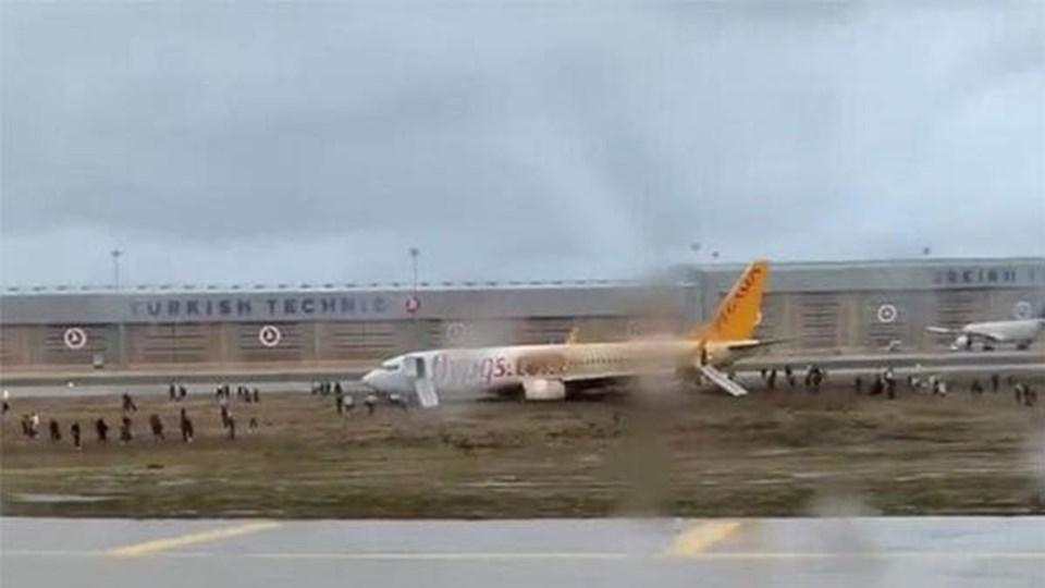 خروج طائرة عن مسارها بسبب عاصفة إسطنبول (فيديو)