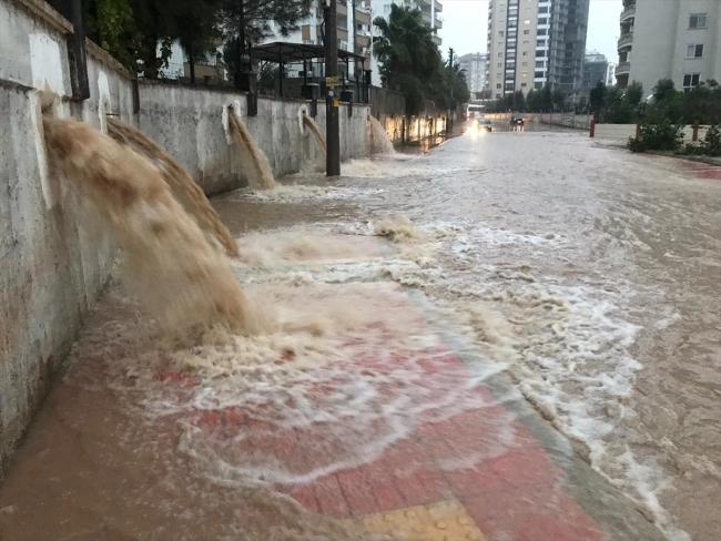 عاصفة مرسين تحصد حياة مواطنَين تركيين في يومها الأول