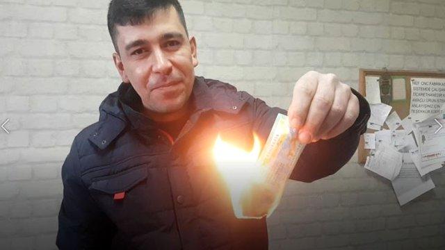 مواطن تركي يحرق بطاقة يانصيب فازت في سحب نهاية العام