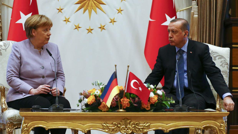 أردوغان وميركل يبحثان قضايا إقليمية ودولية