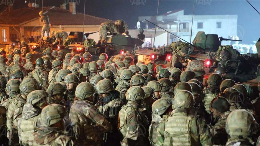 الجيش التركي يعزز قواته في إدلب بمدافع بعيدة المدى