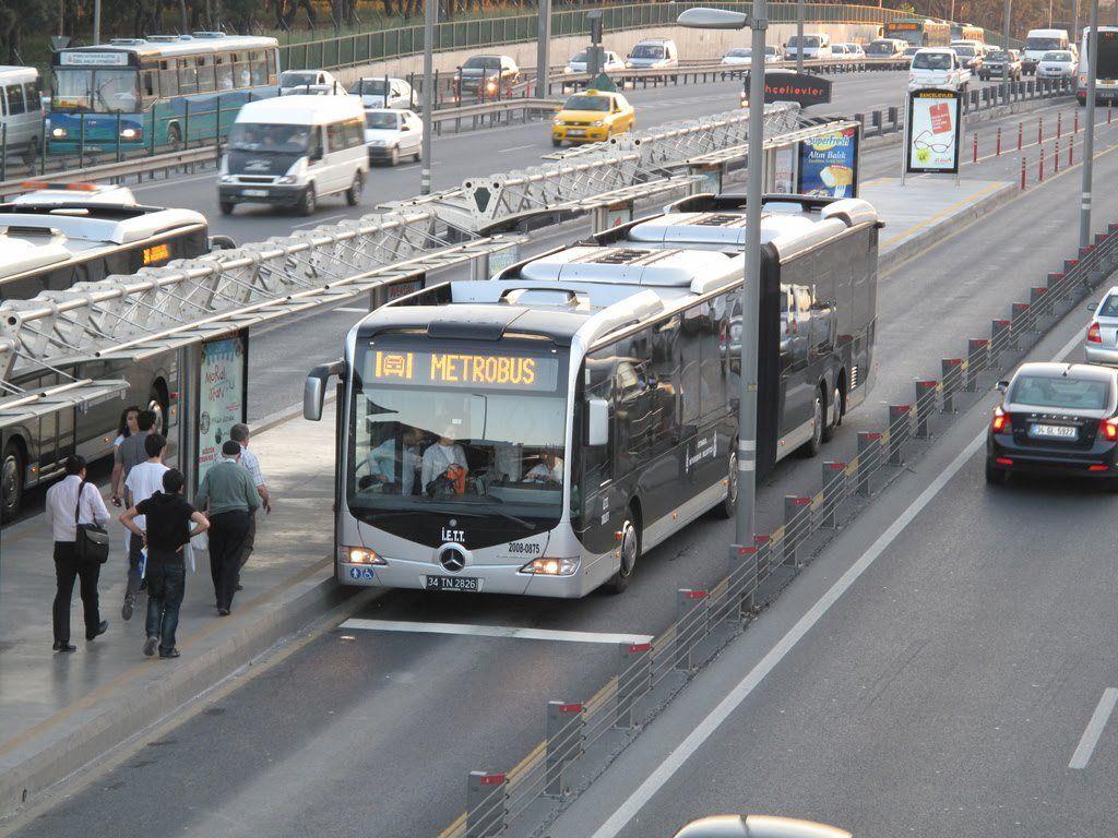 """أهالي إسطنبول يعبرون عن صدمتهم بعد اكتشافهم زيادة غير معلنة بأجور حافلات """"المتروبوس"""""""
