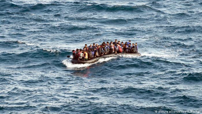 خفر السواحل التركي ينقذ لاجئين وسط البحر أجبرهم الخفر اليوناني على العودة