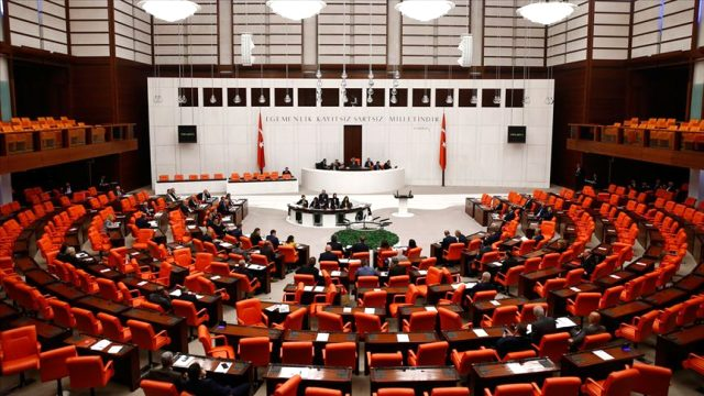 وضع أحد الأطباء العاملين بمشفى البرلمان التركي تحت الملاحظة الطبية للاشتباه بكورونا
