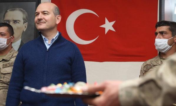 """وزير الداخلية التركي يتفقد قوات بلاده بمنطقة """"درع الفرات"""" في سوريا"""