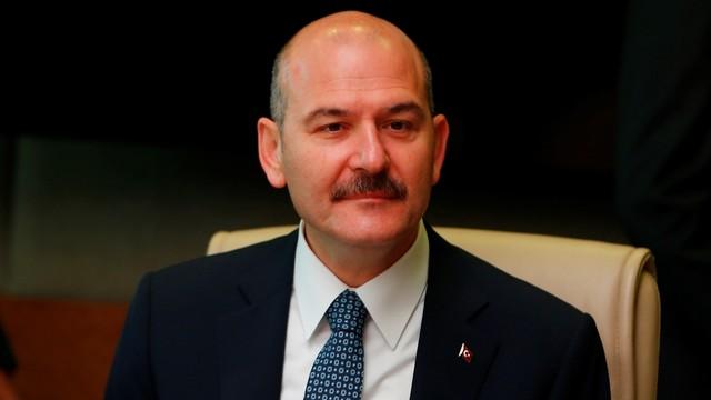 وزير الداخلية التركي يتمسك بالدفاع عن اللاجئين السوريين ويلمح إلى مواصلة تجنيسهم