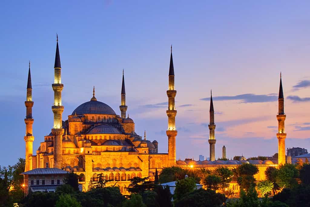 """صورة لمسجد """"السلطان أحمد"""" تسبب أزمة لشركة سعودية"""