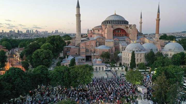 بمشاركة 350 ألف شخص إقامة أول صلاة جمعة في آيا صوفيا منذ 86