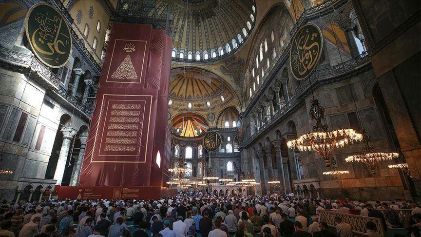استعدادا لأول صلاة عيد.. بلدية إسطنبول تعقم مسجد آيا صوفيا