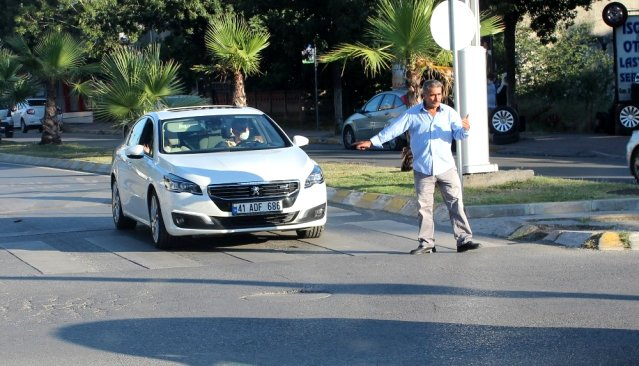 """وسائل إعلام تركية تحتفي بلاجئ سوري تطوع لأداء """"مهام شرطي المرور"""" (فيديو)"""
