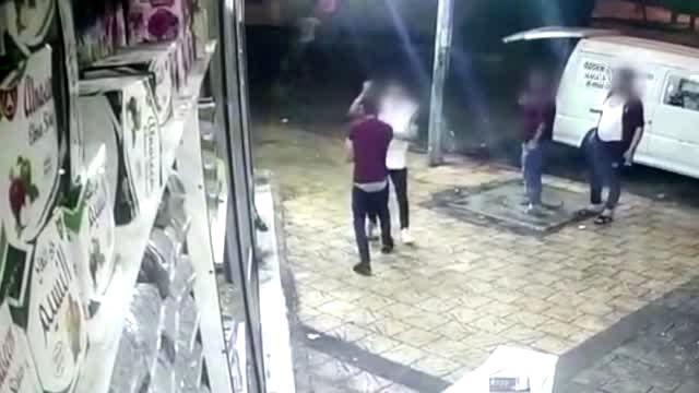 اعتقلتهما الشرطة.. تركيان يطعنان توأمين سوريين في أضنة على مرأى الناس ! (فيديو)