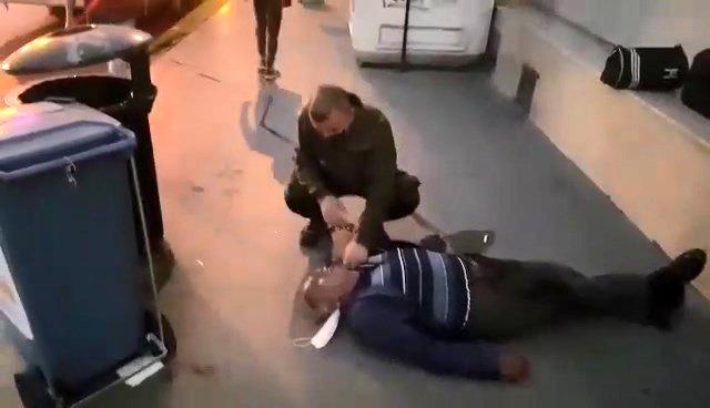 مواطن تركي يلفظ أنفاسه الأخيرة أمام مستشفى خاص في كوجالي.. الكوادر الطبية لم تتدخل لسبب صادم ! (فيديو)