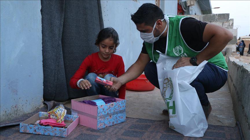 """""""الإغاثة التركية"""" توزع مساعدات إنسانية على 220 يتيمًا بإدلب"""