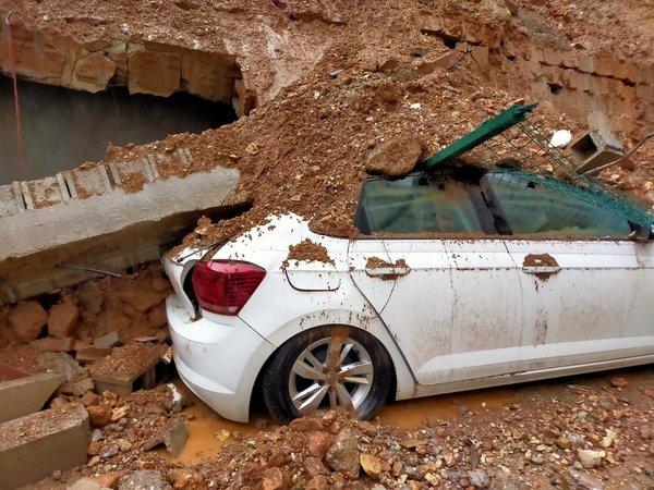 انهيار جدار على عدد من السيارات في كهرمان مرعش (صور)