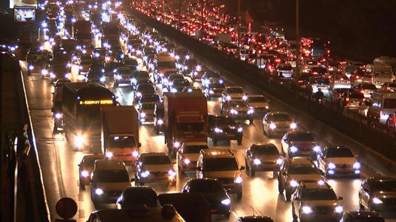 اختناقات مرورية في إسطنبول قبل بدء حظر التجول الشامل (صور)