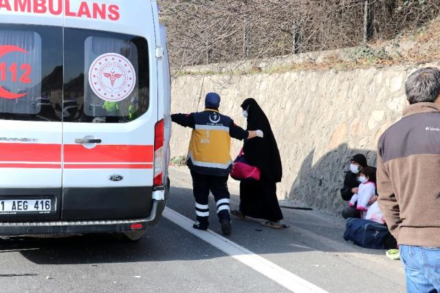 عائلة سورية تنجو من الموت بعد اصطدام 3 مركبات على طريق سريع في كوجالي (صور)