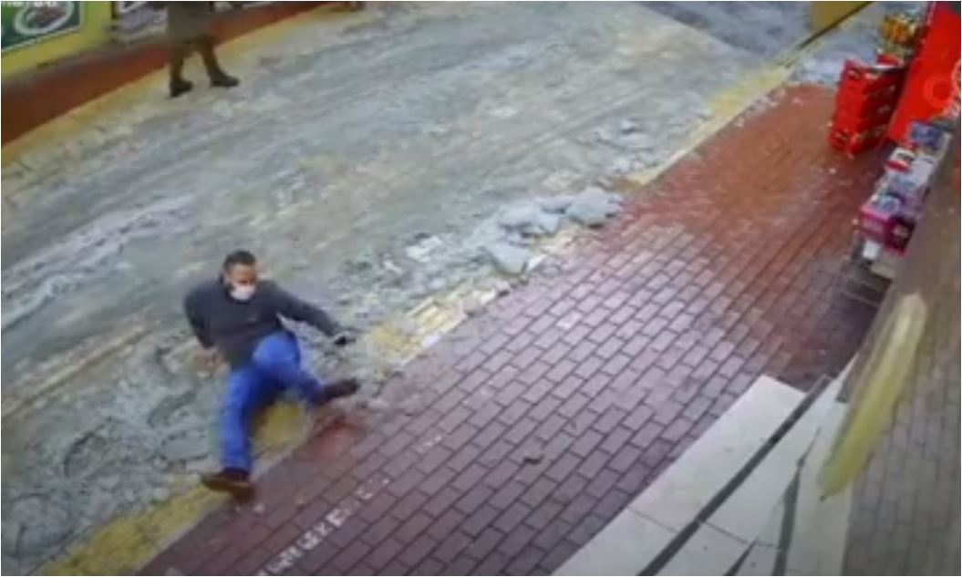 بالفيديو.. انزلق بسبب الجليد فانكسرت رجله على الفور