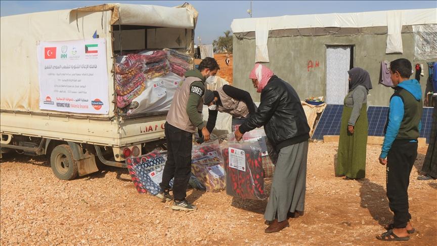 """""""الإغاثة"""" التركية توزع مساعدات إنسانية في إدلب"""