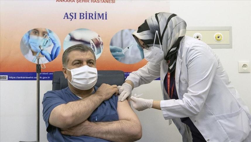 وزير الصحة التركي يتلقى أولى جرعات لقاح كورونا الصيني