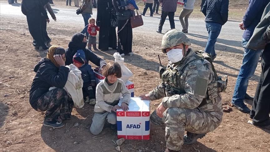 """بالتنسيق مع """"آفاد"""".. الجيش التركي يوزع مساعدات على محتاجين في منطقة """"نبع السلام"""""""