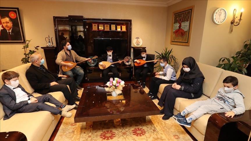 """شقيقان سوريان كفيفان يعزفان على """"البزق"""" في بلدية كوجيلي"""