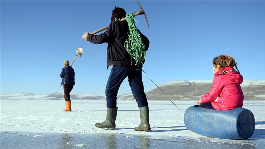"""تركيا.. بحيرة """"تشيلدر"""" المتجمّدة والصيد بطريقة """"الأسكيمو"""""""