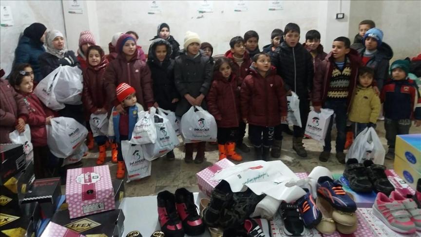 جمعية تركية توزع مساعدات شتوية على 500 طفل بإدلب