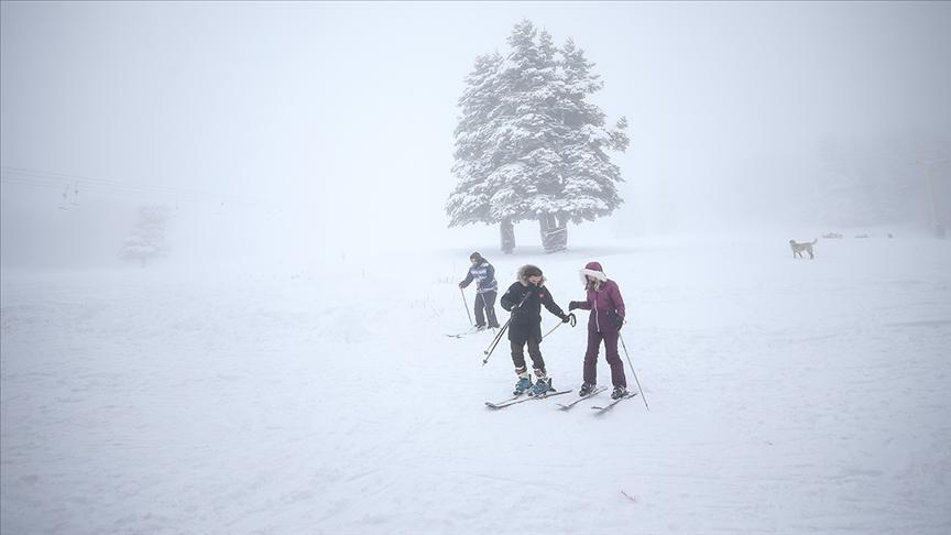 مركز أولوداغ بمحيط بورصة يكتسي بحلة بيضاء تأهبا لعشاق التزلج