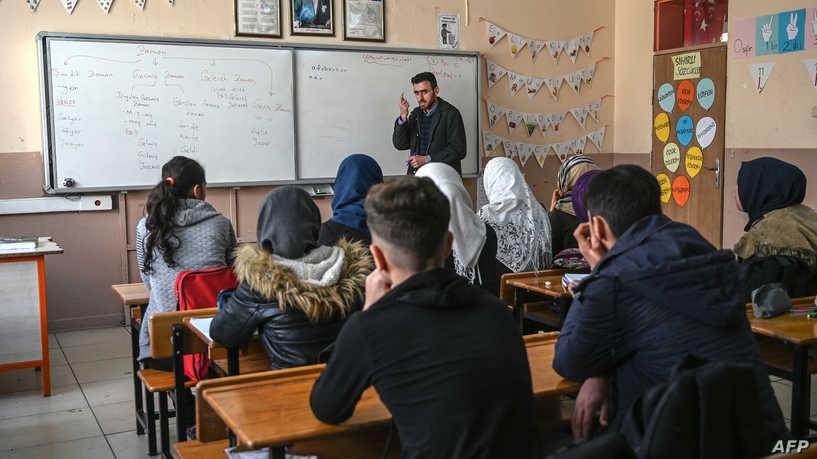 تفاصيل هامة بشأن مصير آلاف المعلمين السوريين المهددين بالفصل من المدارس التركية