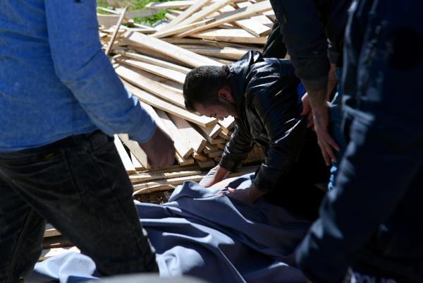 وفاة شاب سوري بعد سقوط عشرات الأخشاب عليه في أضنة