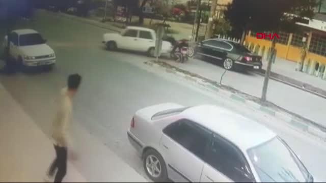 إصابة سوريين يستقلان دراجة نارية بعد اصطدامهما بسيارة في أنطاليا