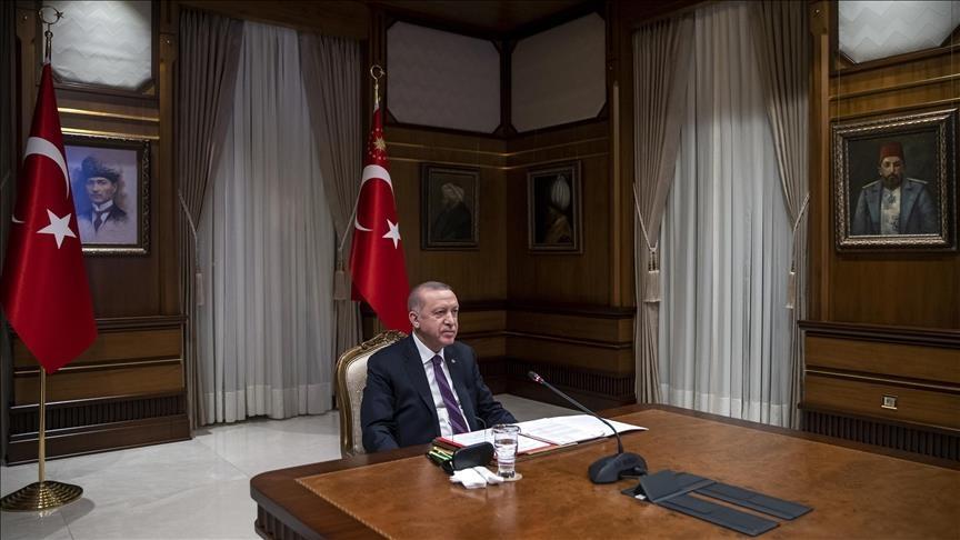 وسائل إعلام تسلط الضوء على اللوحات المعلقة في القاعة التي أجرى بها أردوغان اتصالاً مع ماكرون (صور)