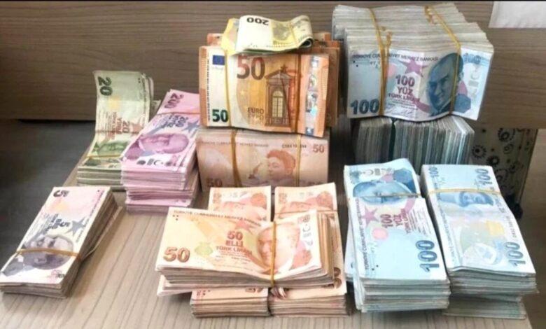 الليرة التركية تتراجع بشكل ملحوظ مقابل الدولار واليورو