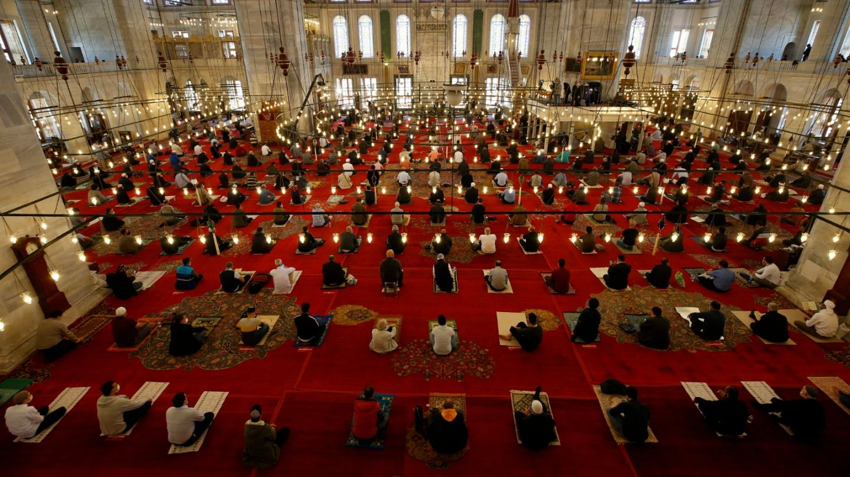 هل منعت الصلوات الخمس وصلاة الجمعة في المساجد في ظل الحظر المفروض؟ إليكم الإجابة