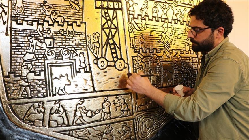 نحات تركي يجسد مدينة تاريخية في لوحة خشبية مذهبة