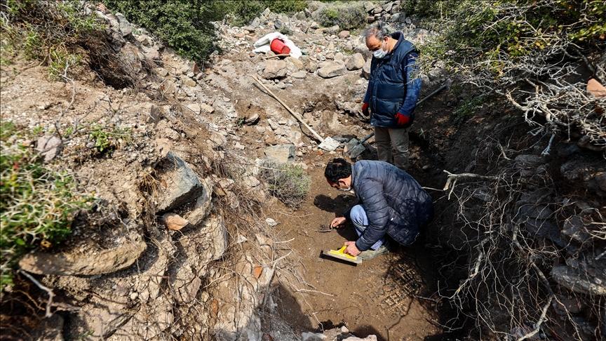 """خلال مداهمة عمليات حفر غير قانوني.. العثور على """"دير"""" يعود للحقبة الرومانية في ولاية إزمير (صورة)"""