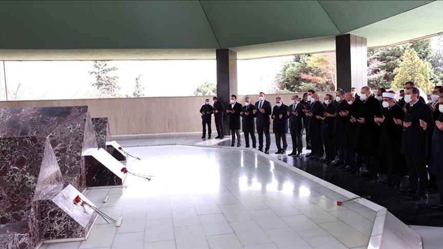 """أردوغان يزور أضرحة """"مندريس"""" ووزيرين سابقين"""