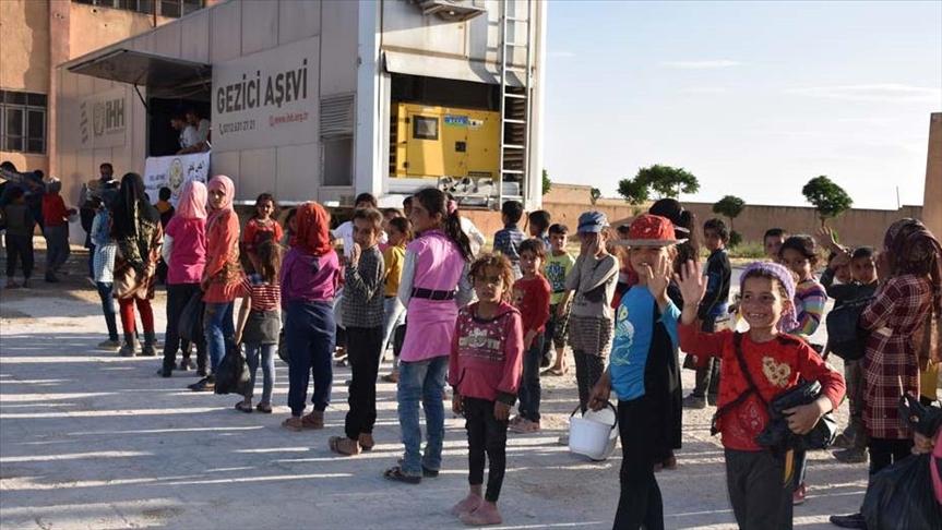 يوميا.. الإغاثة التركية توزع 3 آلاف وجبة إفطار في تل أبيض السورية