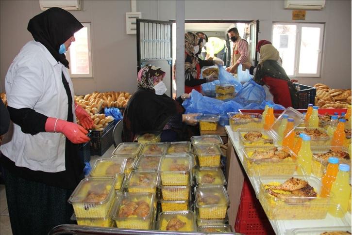 """إفطار يومي في عفرين.. جمعية """"هاتاي"""" التركية تساعد المحتاجين في سوريا"""