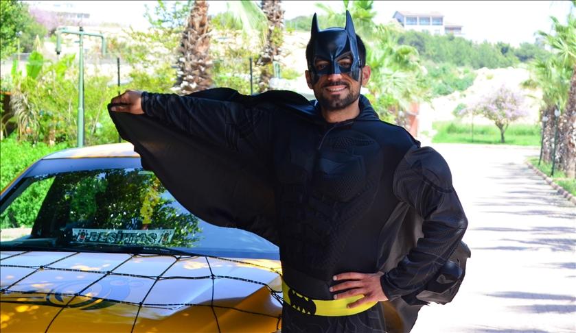 """""""باتمان"""" مرسين.. سائق تركي يزرع البسمة على وجوه الآخرين"""