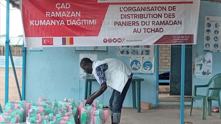 """""""أطباء حول الأرض"""" التركية تقدم مساعدات لـ400 أسرة في تشاد"""