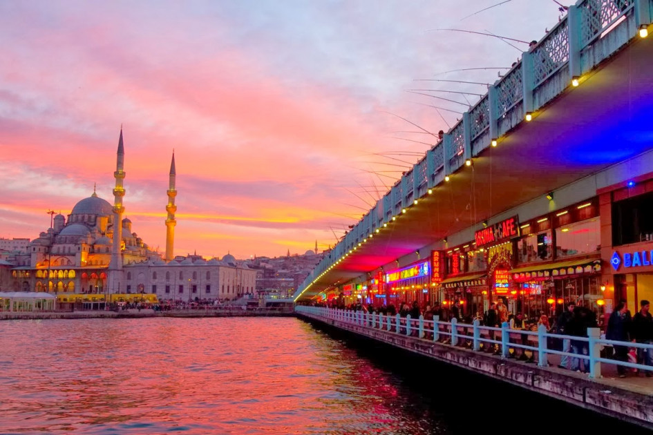 السياح يعودون إلى تركيا تدريجياً بعد تخفيف إجراءات الحظر