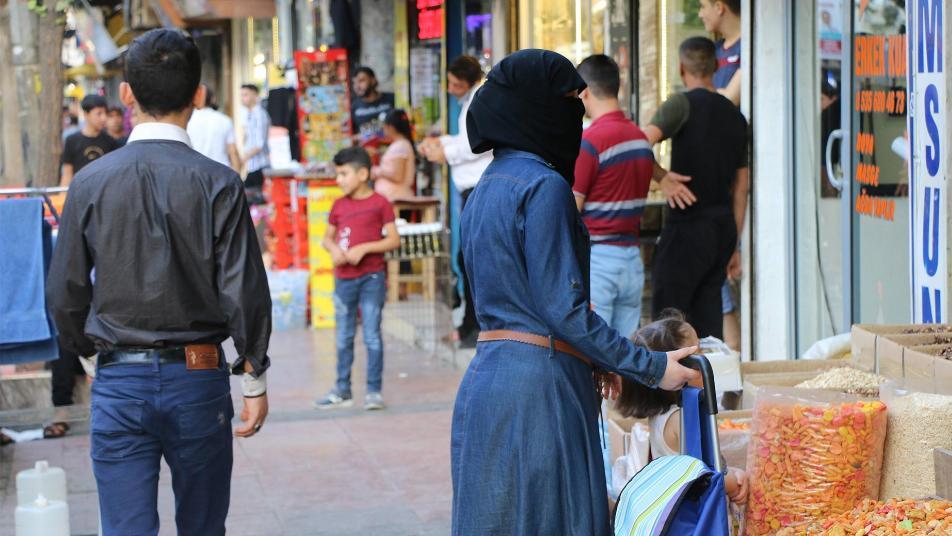مواطنون أتراك يُكذّبون مسؤولاً تركياً كبيراً ويفندون مزاعمه بحق اللاجئين السوريين