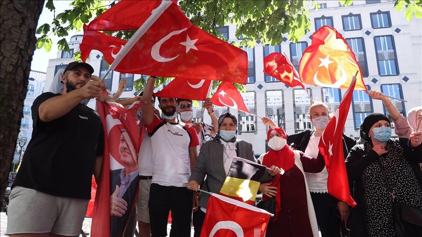 أتراك وفلسطينيون يستقبلون أردوغان أمام مقر إقامته في بلجيكا