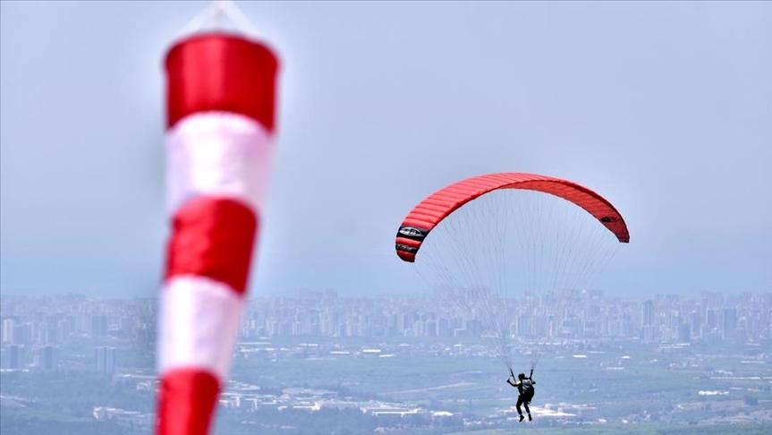 """تلة """"غلينجيك"""".. قبلة عشاق الطيران المظلي في مرسين التركية"""